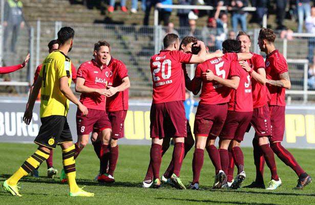 Mike Wunderlich und Co bejubeln den 3:2-Sieg bei Borussia Dortmund.