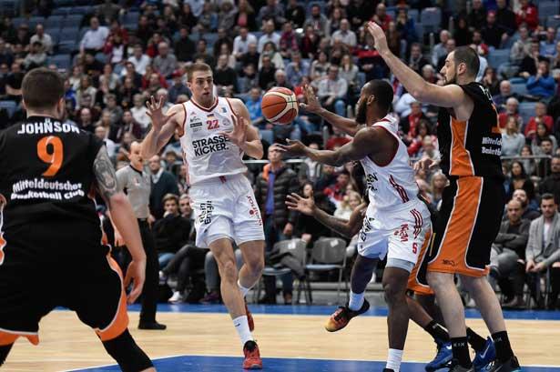 Dennis Heinzmann in Aktion gegen den Mitteldeutschen Basketball Club