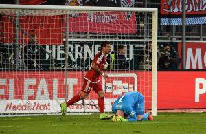 Timo Horn vergräbt nach seinem Patzer der Kopf unter seinen Armen.