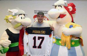 Lukas Podolski und die Maskottchen der WM bei der offiziellen Ernennung