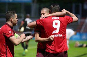 Fatih Candan, Mike Wunderlich und Jansen bejubeln ein Tor von Viktoria.