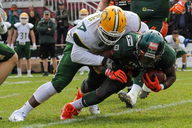 Zweikampf-Action der Cologne Crocodiles und Kiel Baltic Hurricanes)