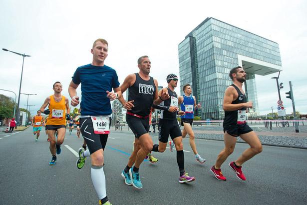 Auch in diesem Jahr führt der RheinEnergie Marathon Köln an den Kranhäusern vorbei.