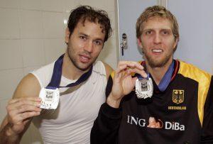 Die frisch gebackenen Europameister Denis Wucherer (l.) und Dirk Nowitzki