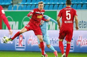 Christoph Menz von Rot-Weiß Erfurt in einem Zweikampf.