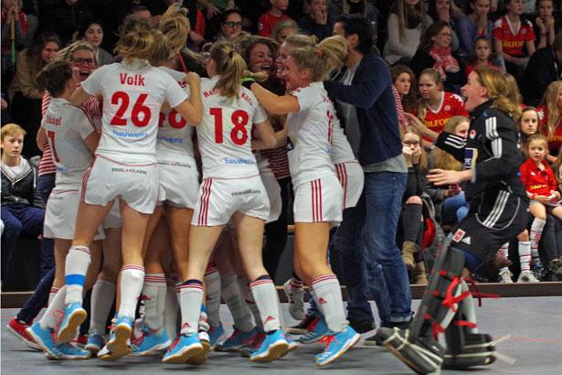 Hockeydamen von RW Köln jubeln