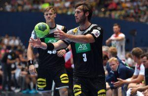 Uwe Gensheimer von der deutschen Handball-Nationalmannschaft fängt einen Ball.