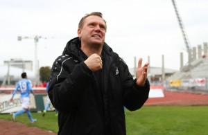 Fortuna-Trainer Uwe Koschinat ballt die Faust. In Hürth gewinnt seine Mannschaft trotz einer phasenweise fahrigen Leistung