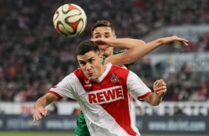 Jonas Hector ist vor seinem Gegenspieler Domink Kohr (FC Augsburg, hinten) am Ball
