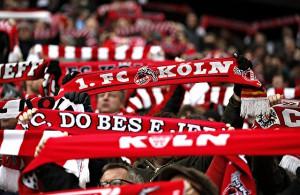 Fans des 1. FC Köln halten ihren Schal hoch