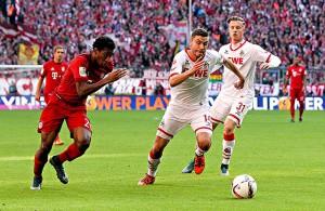 Jonas Hector (1. FC Köln) im Laufduell mit Kingsley Coman (Bayern München)