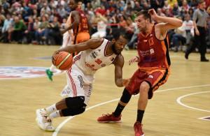 Lakeem Jackson von den RheinStars Köln hat einen Basketball in der Hand