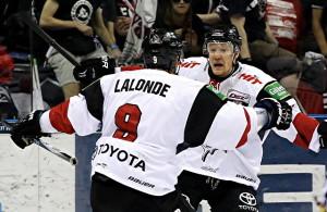 Shawn Lalonde und Philip Gogulla bejubeln einen Treffer der Kölner Haie