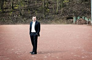 Oliver Rausch, Abteilungsleiter Fußball beim ESV Olympia Köln, auf dem Ascheplatz