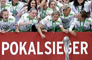 Die Frauen des VfL Wolfsburg feiern den Sieg im DFB-Pokal