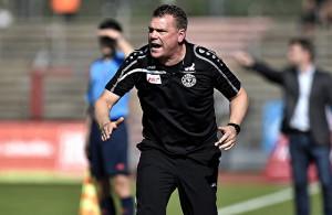 Uwe Koschinat, Trainer Fortuna Köln, regt sich mächtig auf