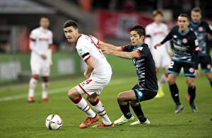 Jonas Hector (1. FC Köln) im Zweikampf mit Yoshinoru Mutu (FSV Mainz 05)