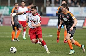 Marco Königs (Fortuna Köln) mit einem Erfurter im Kampf um den Ball