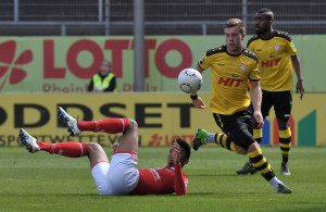 Jannik Schneider gewinnt den Ball gegen einen Mainzer
