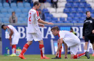 Johannes Rahn kniet vor Fortuna-Teamkollege Tobias Fink