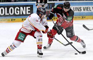 Philip Gogulla (Kölner Haie) gegen irgendeinen Eishockey-Spieler der Düsseldorfer EG
