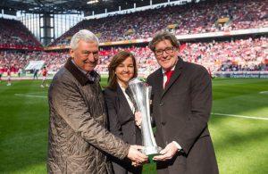 Bei der Pokalübergabe im RheinEnergieStadion: Heike Ullrich (m.) mit FVM-Präsident Alfred Vianden (l.) und FC-Vizepräsident Toni Schumacher