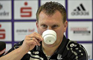 Uwe Koschinat, Trainer Fortuna Köln, trinkt Kaffee