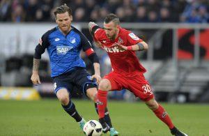 Marcel Hartel vom 1. FC Köln im Duell mit Gegenspieler Eugen Polanski von der TSG Hoffenheim.