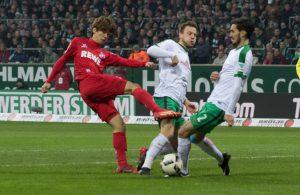 Yuya Osako vom 1. FC Köln kämpft mit zwei Spielern von Werder Bremen um den Ball.
