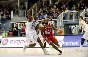 Jelani Dakari Hewitt von den RheinStars lässt im Dribbling seinen Gegenspieler stehen.