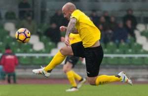 Maurice Exslager versucht den Ball in der Luft zu kontrollieren.