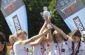 Kinder freuen sich über Pokal