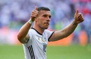 Daumen hoch: Poldi bedankt sich bei den deutschen Fans