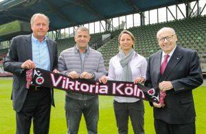 Inka Grings zusammen mit der Chef-Etage von Viktoria Köln bei ihrer Vorstellung als neue Trainerin.