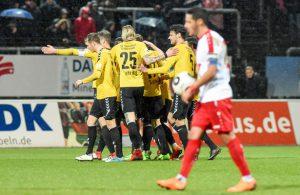 Die Spieler von Sonnenhof Großaspach bejubeln den Sieg gegen Fortuna Köln.