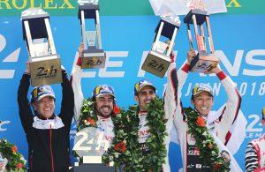 Das Toyota Gazoo Racing Team von Fernando Alonso (2. v. l.), Sébastien Buemi (2. v. r.) und Kazuki Nakajima (r.) feiert gemeinsam mit Shigeki Tomoyama (l.) von Toyota den Sieg beim 24-Stunden-Rennen von Le Mans auf dem Circuit de la Sarthe am 17. Juni 2018. (Foto: Toyota Gazoo Racing)